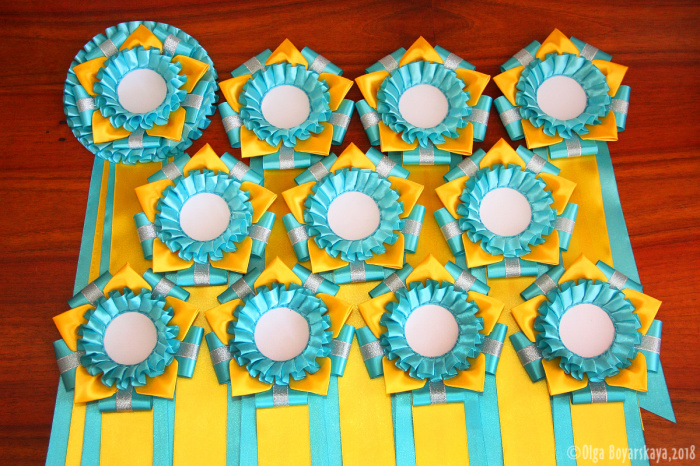 желто-голубые розетки для выставки